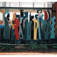 Denkmal vor Schule in Berlin-Karow Nord